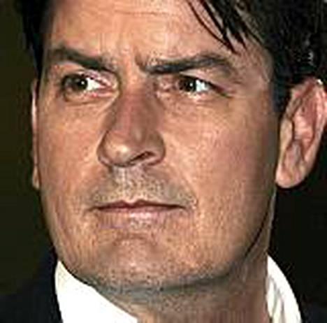 Charlie Sheen nähdään jatkossakin Miehenpuolikkaissa.
