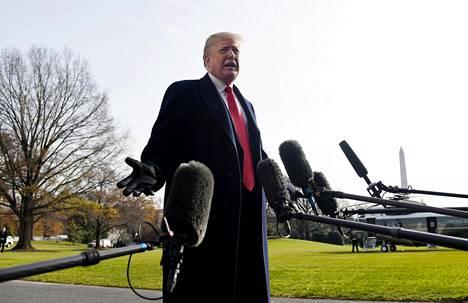 Trump ilmoitti Kellyn lähdöstä lauantaina Valkoisen talon pihalla ennen Philadelphiaan lähtöään.