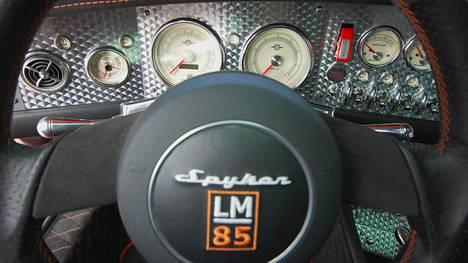 Spyker LM85 - hollantilainen urheiluautoharvinaisuus. Mittarit on sijoiteltu hieman hajalleen, vintage-tyyliin.
