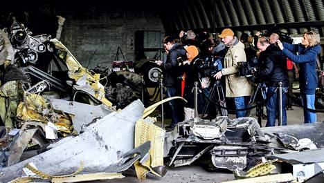 Malesian Airlines -yhtiön romuttunut turmakone on Alankomaissa tutkittavana. Maaliskuun alussa turman uhrien omaiset ja ystävät saivat käydä katsomassa konetta.