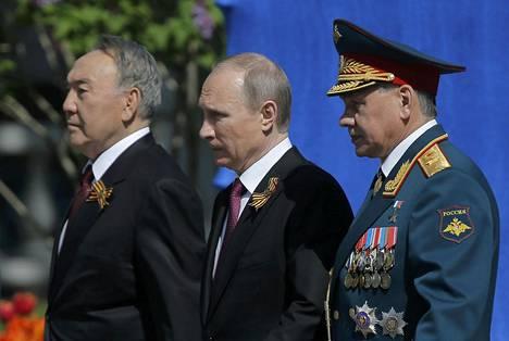Presidentti Vladimir Putin otti paraatin vastaan yhdessä Kazahkstanin presidentin Nursultan Nazarbajevin (vas.) ja puolustusministeri Sergei Shoigun kanssa.