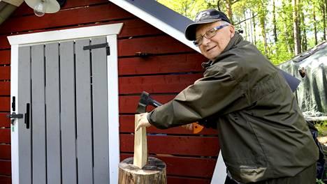 Pentti Heikkurinen suosittelee mökin lämmittämistä puilla. Siitä syntyy lämpöä ja tunnelmaa.
