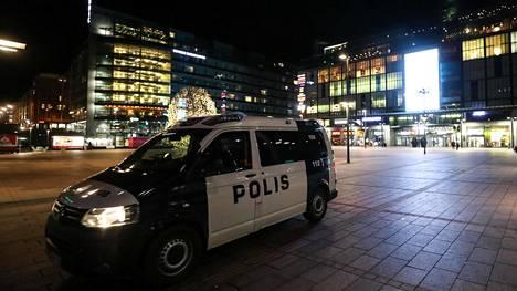 Poliisi on lauantaista lähtien tarkkaillut, kuinka ravitsemusliikkeiden sulkua on noudatettu. Yhtään ravintolaa tai baaria ei ole toistaiseksi jouduttu rankaisemaan.