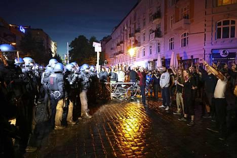 Mielenosoitukset jatkuivat vielä sunnuntain vastaisena yönä.