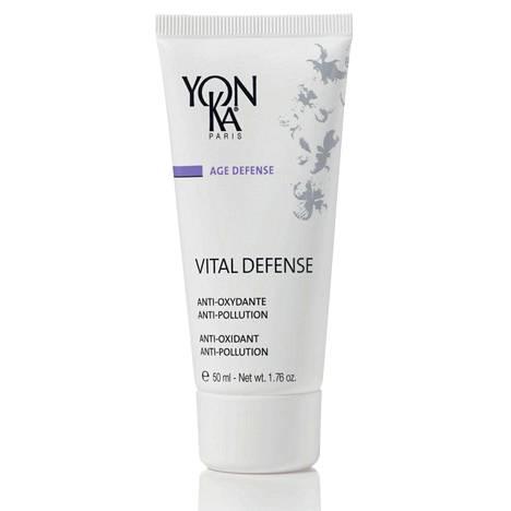 Ranskalaisen Yon-Ka-hoitolasarjan päivävoide on kosteuttava, vitamiinipitoinen ja 84-prosenttisesti luonnollista alkuperää. Voiteen sisältämät koentsyymi Q10, C- ja E-vitamiini suojaavat ihoa ympäristön haittavaikutuksilta sekä ilman epäpuhtauksilta. Vital Defense -voide 58 € / 50 ml, valtuutetuista Yon-Ka-hoitoloista ympäri maan.