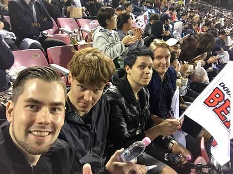 Korealainen Baseball-ottelu oli suuri elämys Petrille (vas.), Villelle, Samille ja Vilpulle. –Se oli yksi matkan huikeimmista kokemuksista, Ville sanoo.