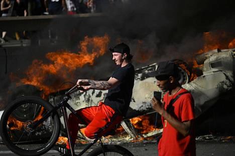 Liekit leimusivat myös Philadelphiassa, kun poliisiauto sytytettiin tuleen.