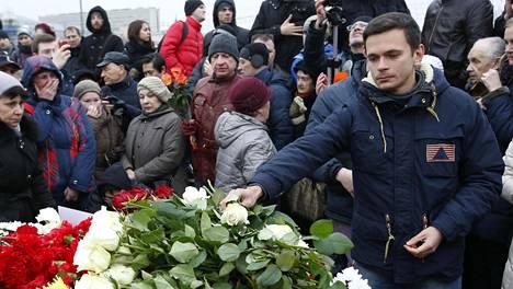 Venäläinen oppositiohahmo Ilja Jashin laski monen muun tavoin kukkia ystävänsä Boris Nemtsovin murhapaikalle lauantaina.