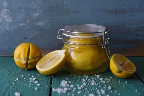 Koti puhtaaksi -yrityksen Henri Haho kertoo, että sitruunan mehulla saa poistettua kalkin pinnoilta.