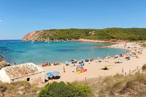 Monet matkaavat Menorcalle kauniiden rantojen houkuttelemina.