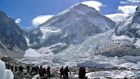 Mount Everest 27. huhtikuuta 2014. Kuvan kiipeilijät eivät liity jutun tapaukseen.