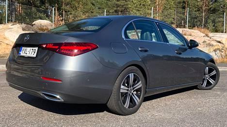Perinteisiä peräkontteja esiintyy uusissa autoissa tätä nykyä lähinnä premium-rintamalla. Farmarina C on porrasperää pari tonnia kalliimpi.