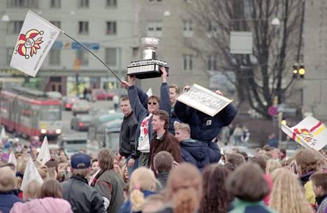 Jokerit voitti Suomen mestaruuden kaudella 1991–1992. Selänne kannattelee Kanada-maljaa.