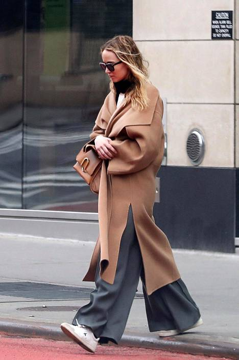 Näyttelijä Jennifer Lawrencen harmaat housut sopivat niin kotioloihin kuin julkisille paikoille.