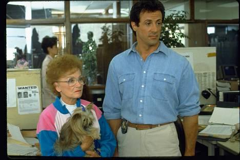 Illan elokuvassa Seis! Tai mamma ampuu Sylvester Stallonen esittämän poliisin tiukkaotteista äitiä näyttelee Estelle Getty. Getty tuli tunnetuksi Tyttökullat-sarjasta.
