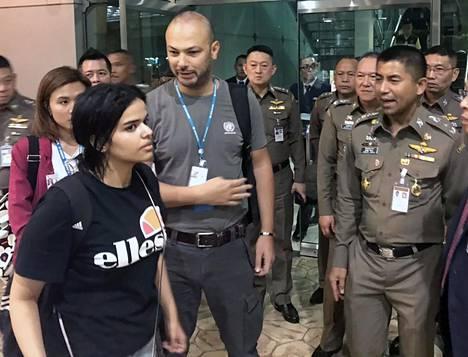 Rahaf al-Qunun kuvattiin maanantaina YK:n edustajien ja Thaimaan maahantuloviranomaisten seurassa.