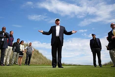 Donald Trump puhui medialle golfkentällään Skotlannissa presidentinvaalikampanjansa aikana kesäkuussa 2016.