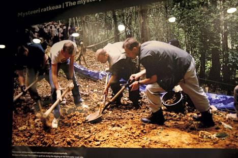 Näyttelyssä on kuva kaivauksista Vietnamissa vuonna 1999.