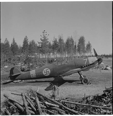 Messerschmitt-hävittäjä kuvattuna Suulajärven kentällä Kannaksella ennen suurhyökkäystä.