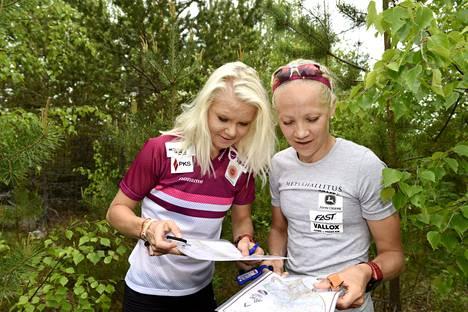 Mari Laukkanen ja Kaisa Mäkäräinen tutustuivat karttoihin ennen kisan alkua.