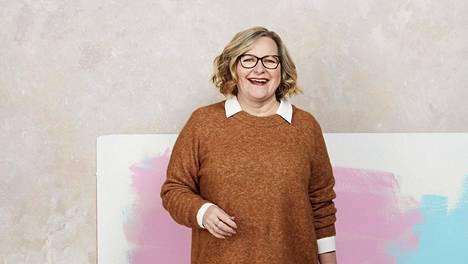 """""""Tykkäsin tosi paljon vaalean paitapuseron ja neuleen yhdistelmästä"""", sanoo uuteen tyyliin stailattu Katariina."""