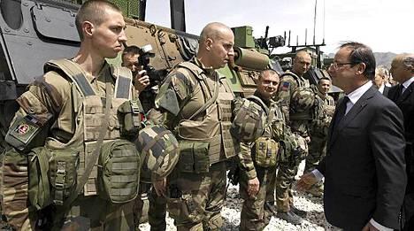 Presidentti Francois Hollande tarkasti ranskalaisjoukkoja Kapisan tukikohdassa.