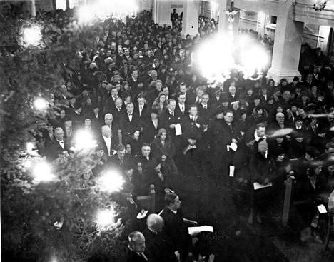 Täpötäydessä Helsingin Vanhassa kirkossa järjestettiin tapaninpäivänä 1930 surujumalanpalvelus uhrien muistoksi.