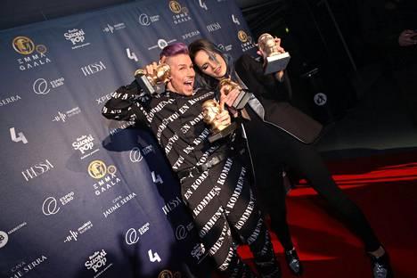 Antti Tuisku tuuletti Emma-voittojaan yhdessä Sannin kanssa.