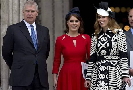 Prinssi Andrew'lla on ex-vaimonsa kanssa kaksi tytärtä, prinsessat Eugenie (kesk) ja Beatrice (vas).