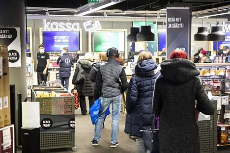 Gigantin myymälässä oli torstaina jonoa Helsingin Forumissa.