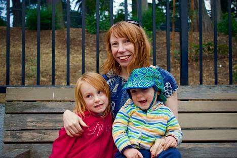 Reetta Kempin lapset Olivia ja Axel aloittavat osa-aikaisena tarhassa. Ne kaksi päivää viikossa Kemppi kirjoittaa ensimmäistä kirjansa.