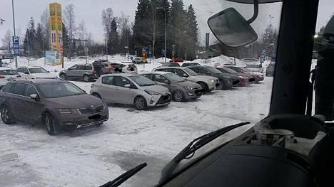 Ammattiautoilijoita hermostuttaa, kun raskaan liikenteen parkkipaikka Ilolassa täyttyy säännöllisin väliajoin talviulkoilijoiden autoista.