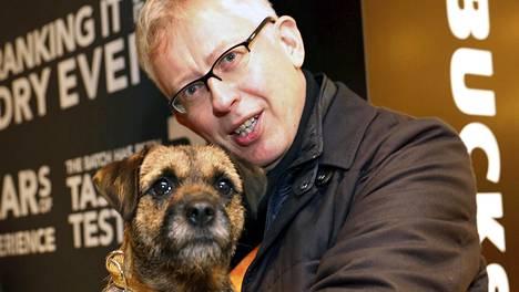 Pekka Pouta kuvattuna Sini-koiransa kanssa.