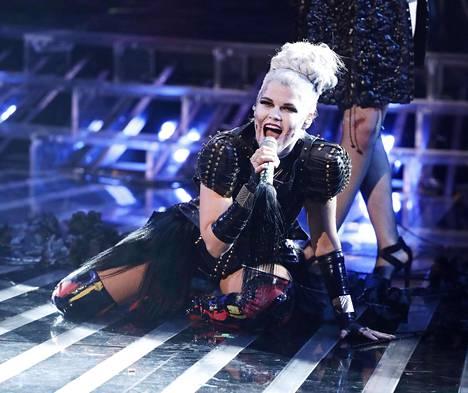 Saara Aalto esiintymässä X Factorissa 29.10.