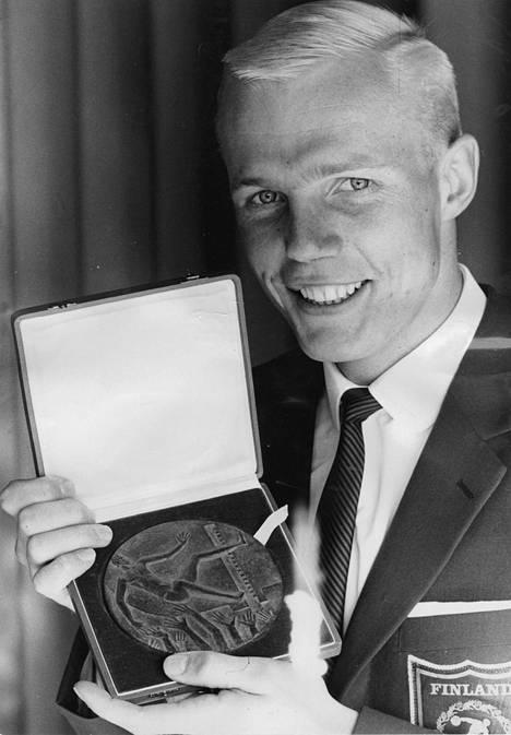 Rainer Stenius esitteli Paras helsinkiläisurheilija -palkintoaan vuonna 1966.