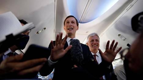 Yhdysvaltain presidentin neuvonantaja ja vävy Jared Kushner puhui toimittajille lennon aikana.