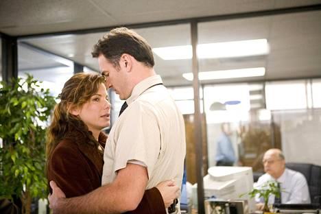 Sandra Bullock esittää trillerin pääosassa kaksilapsisen perheen äitiä Linda Hansonia, joka saa kuulla miehensä (Julian McMahon) menehtyneen auto-onnettomuudessa.