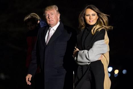 Melania Trump emännöi kunniavieraita lehtereillä.