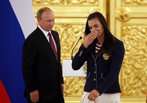 Jelena Isinbajeva puhkesi kyyneliin Venäjän urheilijoiden Rioon lähtötilaisuudessa.
