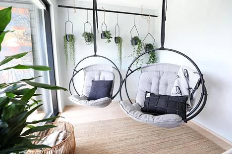 Kodin sisustus saa jatkua ulkotiloissa. Riippukeinuissa ja kesäkeittiöissä saa nauttia kuin olohuoneessa konsanaan.