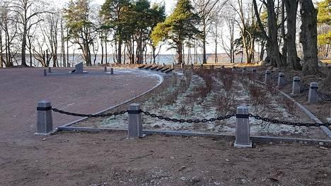 Sankarihautausmaa sijaitsee aivan Koiviston kirkon vieressä merenrannalla. Tältä koko alue näytti juuri kunnostettuna. Kaatuneiden nimet on kaiverrettu alueen keskellä olevaan kuuteen kivilaattaan.