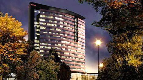 Marriott kaavaili vuosikymmenen alussa havainnekuvassa näkyvää isoa hotellia Espooseen. Nyt yhtiön ensimmäinen Suomen-hotelli tulee Tampereelle.
