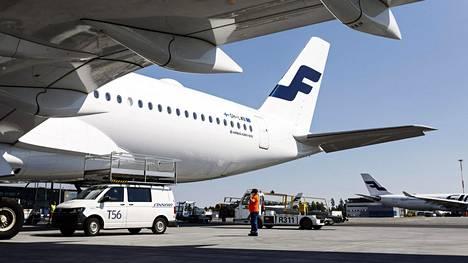Finnairin lentokone Helsinki-Vantaalla. Kuvituskuva.