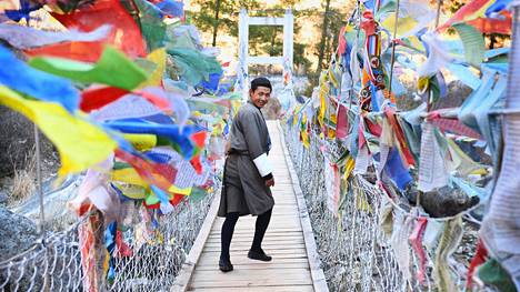 Bhutanin tiibetinbuddhalaisuuteen perustuva kulttuuri ja elämäntyyli on hyvin perinteistä. Rukousliput lepattavat jokien yllä ja vuorten rinteillä.