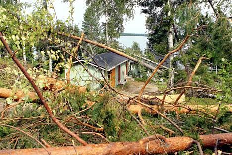 Kuvassa kesäisen Asta-myrskyn tuhoja vuonna 2011. Savonlinnassa autojen päälle kaatuneiden puiden ja muiden iskujen aiheuttamia pelti- ym. vauriota korjattiin tuona vuonna jopa jouluun saakka.