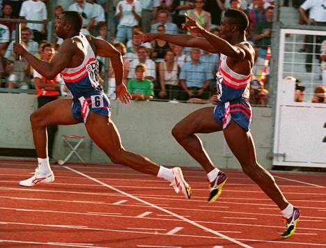 Dennis Mitchell (oik.) lähetti Leroy Burrellin matkaan vuoden 1993 MM-kisojen välierässä. Yhdysvaltojen joukkue sivusi juoksussa ME-aikaa.
