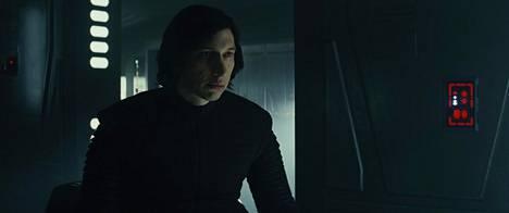 Kylo Reniä näyttelevä Adam Driver ei vieläkään saa ladattua hahmoon sitä jylhyyttä tai tuskaisuutta, jota käsikirjoitus edellyttää.
