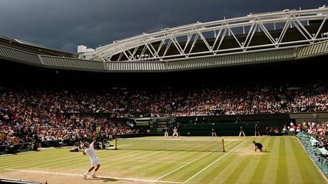 Tenniksen yllä on tummia pilviä. Kuva Roger Federerin ja Rafale Nadalin legendaarisesta Wimbledon-finaalista vuodelta 2008.