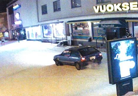 Valvontakamerat tallensivat, kun ampuja ajoi ravintolan eteen Imatralla.