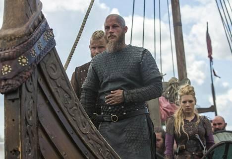 Sarjan tähteä, viikinkikylän päällikköä Ragnar Lothbrokia, näyttelee australialainen Travis Fimmel.